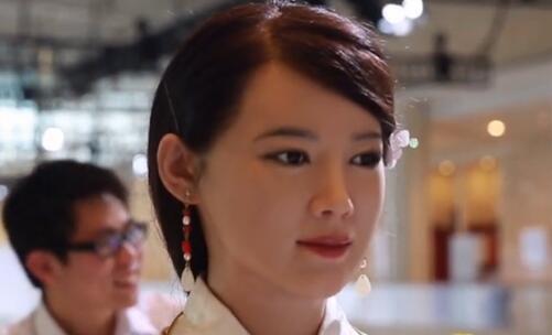 达沃斯仿真机器人撞脸美女记者